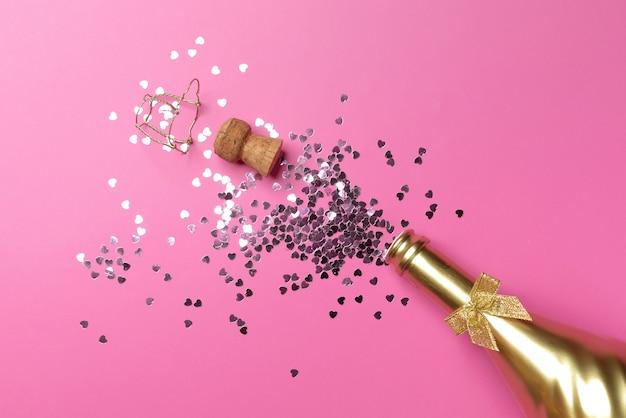 Концепция открытия дорогой золотой бутылки шампанского, посвященной празднованию Premium Фотографии