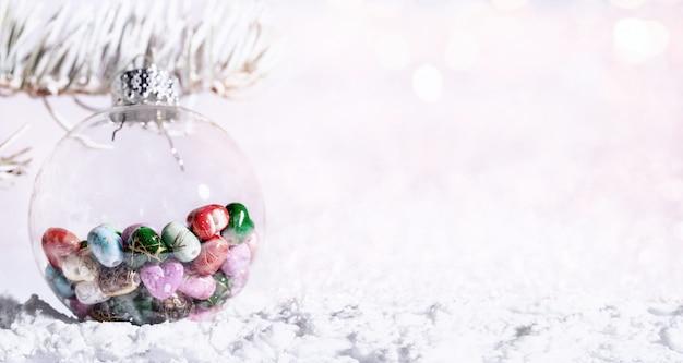 Снежная еловая ветка с рождественскими огнями боке Premium Фотографии
