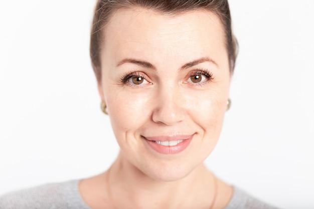 笑みを浮かべて古いまたは中年の女性の肖像画 Premium写真