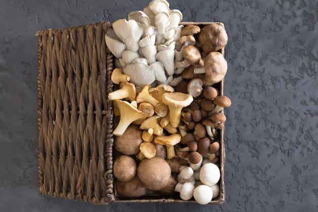 Вид сверху на плетеную корзину с лесными редкими вкусными съедобными грибами Premium Фотографии