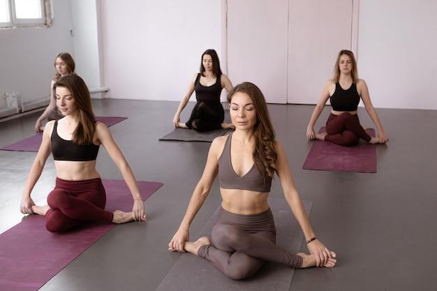 Йога, фитнес, спорт и концепция здорового образа жизни Premium Фотографии