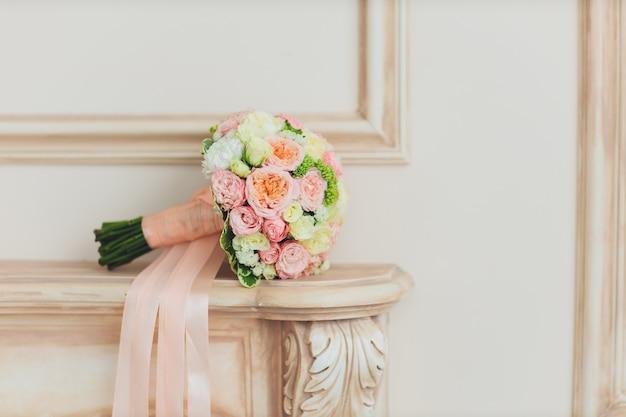 Свадебный букет. цветы в интерьере. дом украшен цветами. букет цветов. Premium Фотографии