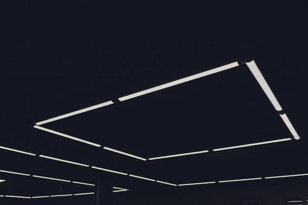 照明付きのショッピングモールの未来的な天井のインテリアモダンな光。 Premium写真