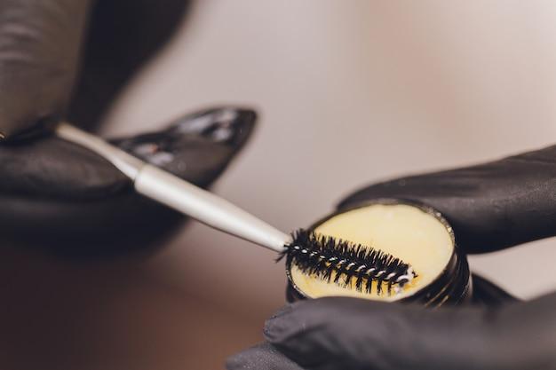 眉毛製品を使用する美容師 Premium写真