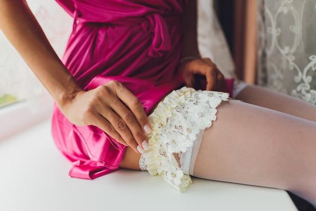 Невеста в чулках и подвязка на ногу Premium Фотографии