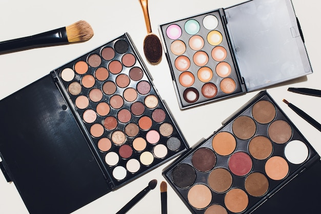 Кисти для макияжа и макияжа глаз тени на белом фоне. Premium Фотографии