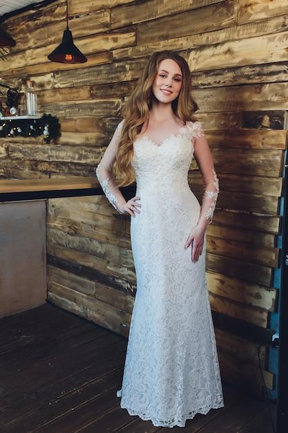 ウェディングドレスでポーズ美しい女性。 Premium写真