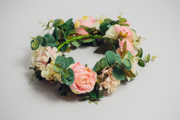 白い背景の上の結婚式の花の冠 Premium写真