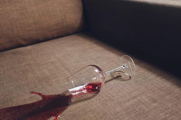 グレーのソファのソファーに赤ワインがこぼれた。 Premium写真