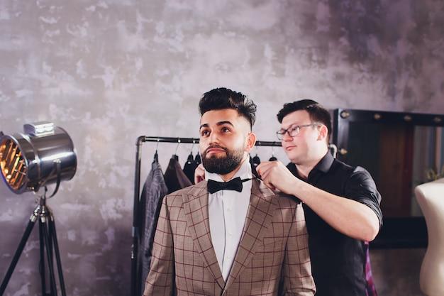 Профессиональный портной замеры для пошива костюма Premium Фотографии