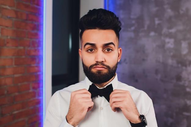 Современный бизнесмен ставит галстук-бабочку Premium Фотографии