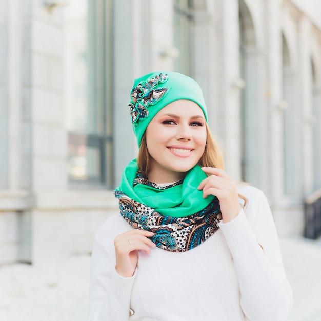 Портрет молодой женщины открытый с шляпой Premium Фотографии