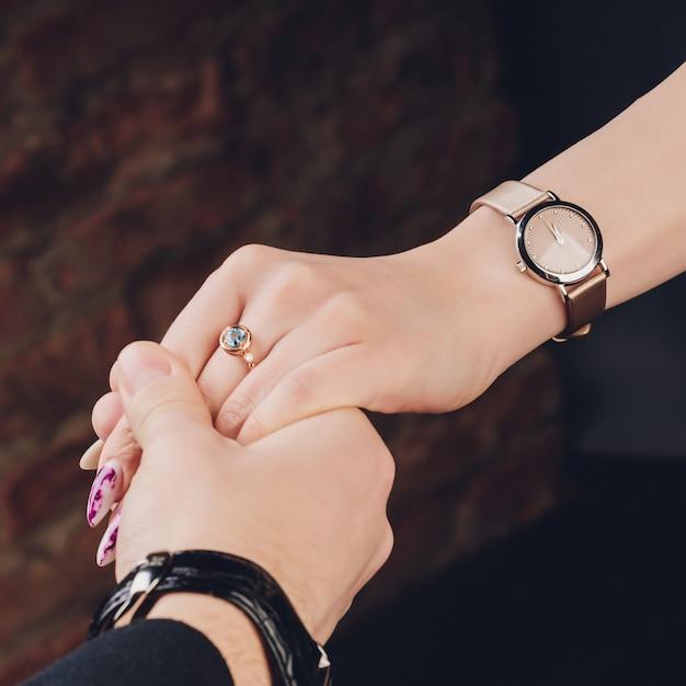 結婚指輪を持つ男女の写真。 Premium写真