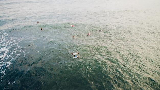 サーフボードとビーチで若いサーフ男の肖像画。バリアンビーチ Premium写真