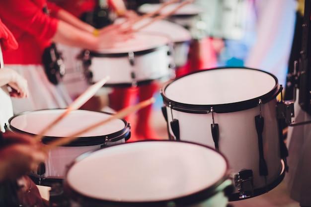 Барабанщик играет с барабанными палочками на рок-барабане Premium Фотографии