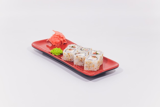 ズワイガニ、サーモン、クリームチーズ、キュウリロール分離 Premium写真