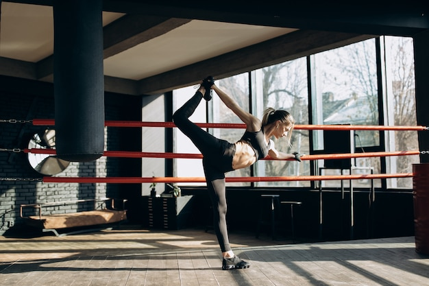 スポーツホールの情熱の女性。ジムで運動をしているスポーティな女の子 Premium写真