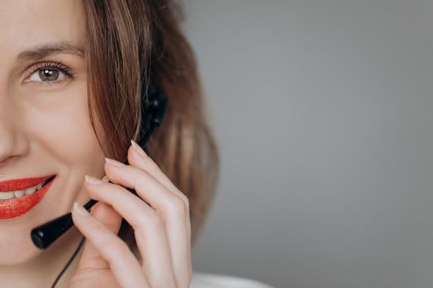 女性顧客サポートエージェントの受付係摩耗ヘッドセットオンラインクライアントに相談します。 Premium写真
