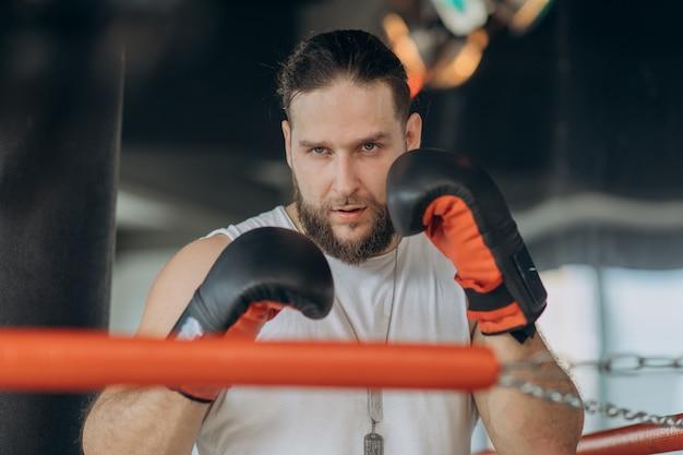 カメラ目線のボクシングリングに強い男の肖像 Premium写真