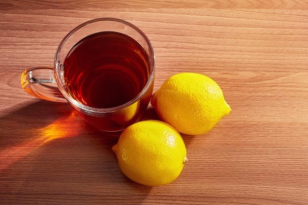 テーブルの上にレモンとお茶のマグカップトップビュー Premium写真