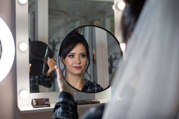 花嫁の朝。ビューティーサロンの花嫁。ウェディングメイク Premium写真