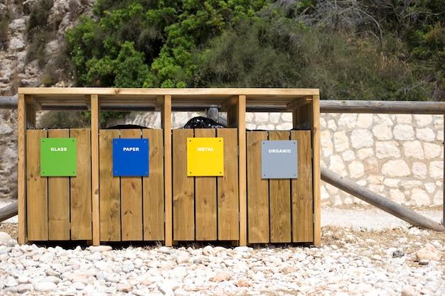 Четыре деревянных контейнера для разного мусора Premium Фотографии