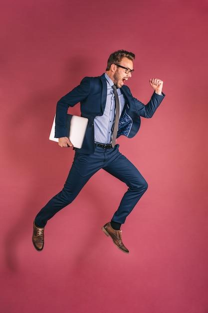 コンピューターのジャンプを持ったビジネスマン Premium写真