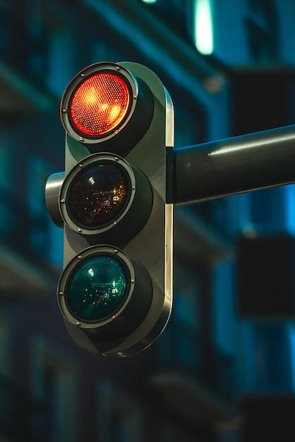 近代的な都市の夜に赤い色を示す近代的な信号 Premium写真