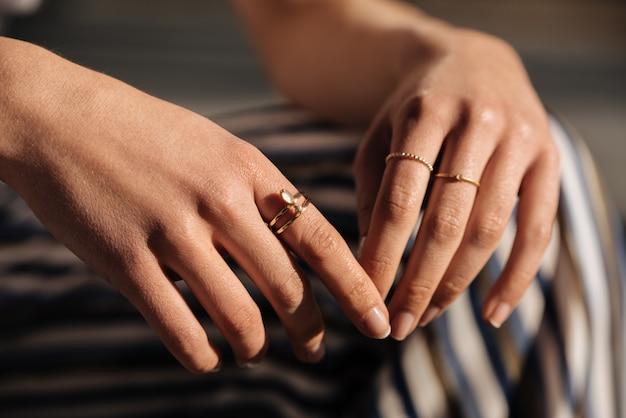 Обрезать женщине руки с кольцами на улице Premium Фотографии