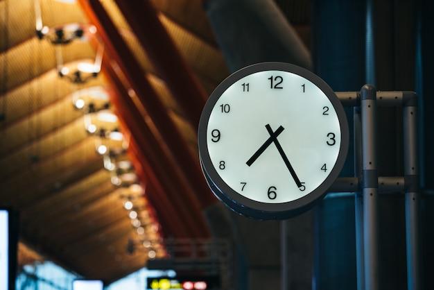 Часы терминала аэропорта Premium Фотографии