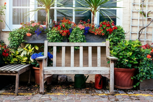 Красивый деревенский дом перед двором в лондоне Premium Фотографии
