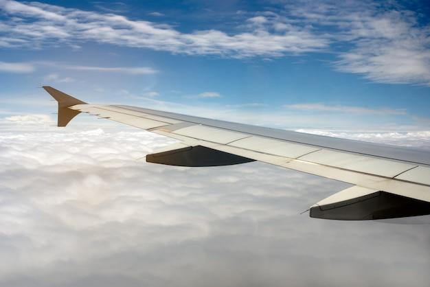 空の飛行機の翼 Premium写真