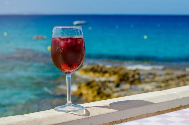 海のバーでサングリアのガラス Premium写真