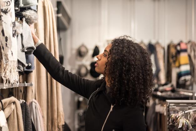 店で買い物をしている黒人の若い女性 Premium写真