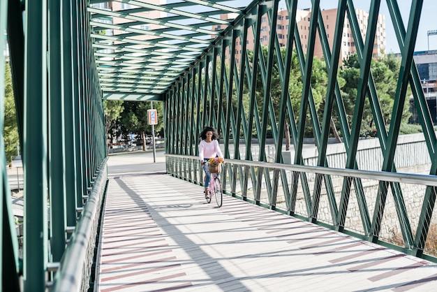 ビンテージ自転車に乗って黒の若い女性 Premium写真