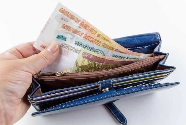 Женский кошелек с русскими деньгами Premium Фотографии