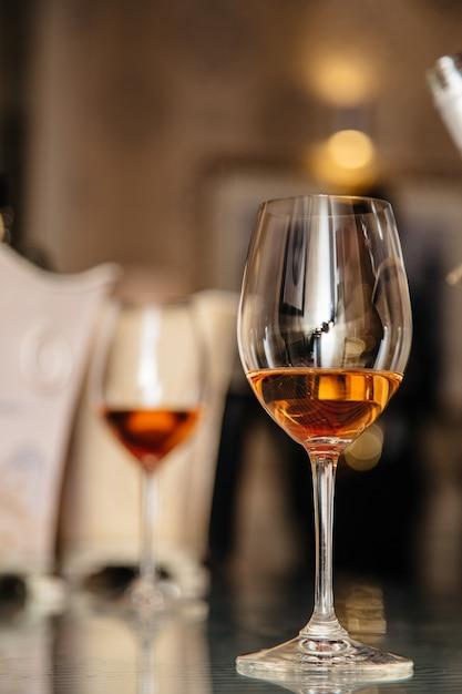 Алкогольные напитки в бокалах на столе Premium Фотографии