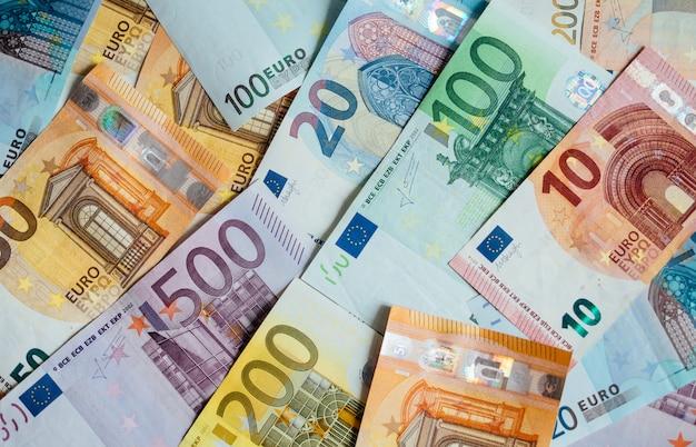 Куча бумажных банкнот евро как часть платежной системы объединенной страны Premium Фотографии