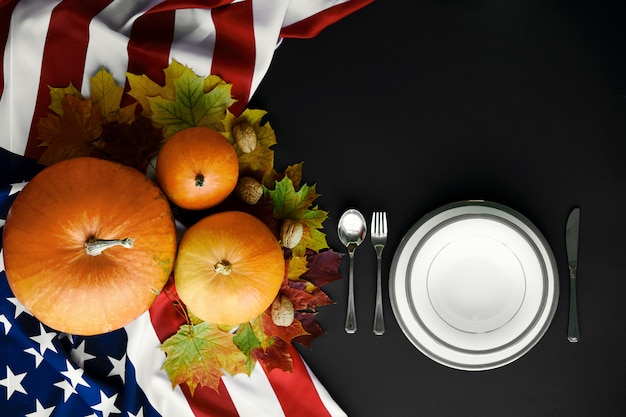 С днем благодарения сервировка стола. тыквы с фруктами, овощами, грецкими орехами и падающими листьями. Premium Фотографии