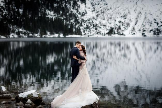ちょうど結婚されていたカップルが山の風景にキス Premium写真