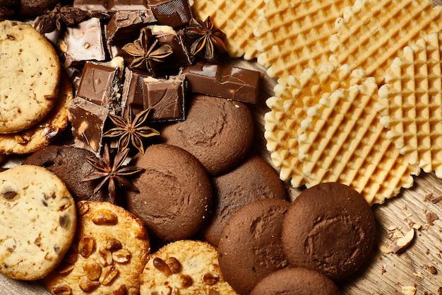 さまざまなオート麦クッキー、チョコレートチップのクローズアップ Premium写真
