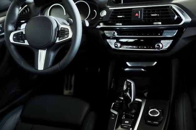 Современный черный автомобильный салон приборной панели Premium Фотографии