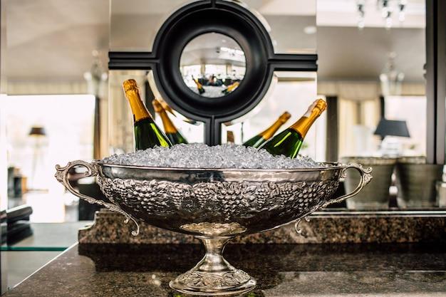 Бутылки шампанского в холодильнике. Premium Фотографии