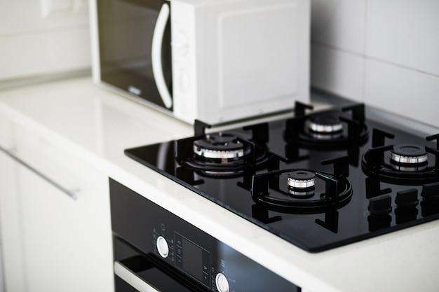 電気炊飯器と電子レンジを備えたモダンなキッチンインテリア Premium写真