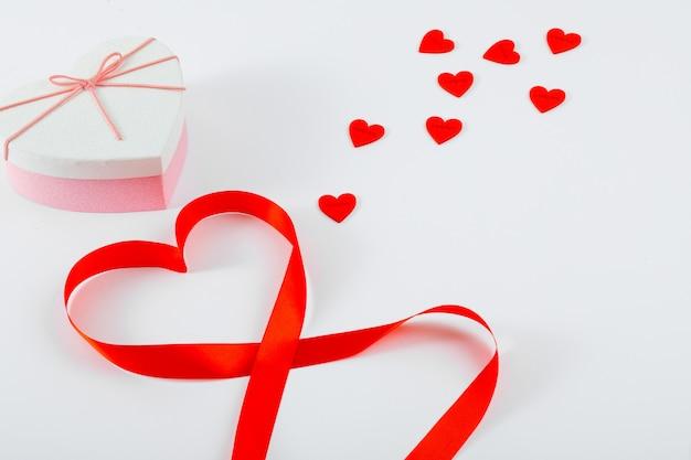 赤いリボン、ハート、ハート型のギフトボックス Premium写真