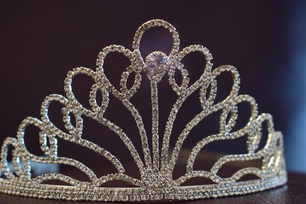 ダイヤモンドがセットされたクラウン美しいレザーフロア Premium写真