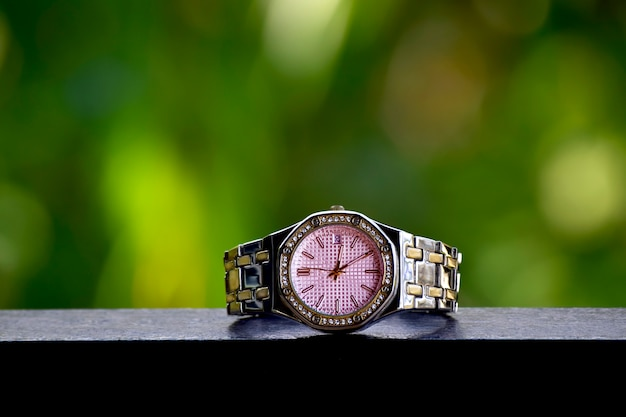 Роскошные часы на сверкающем стеклянном полу Premium Фотографии