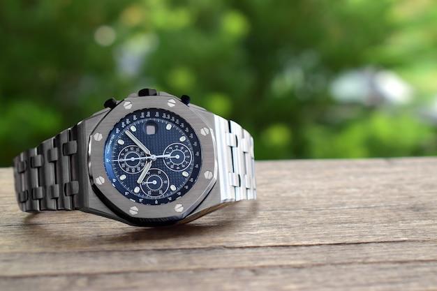 Роскошные часы - это часы, которые собирались давно. Premium Фотографии