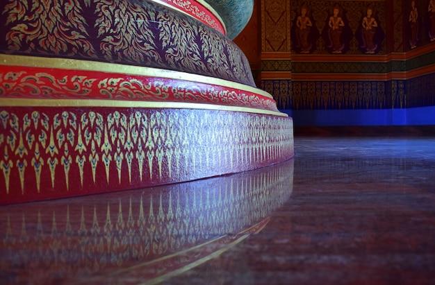 壁に装飾的なタイのパターン Premium写真