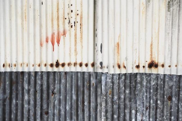 Старая и ржавая поврежденная текстура оцинкованной стали. Premium Фотографии